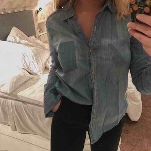 Supersnygg jeans-skjorta från Hollister! Säljer för att den inte kommer till användning.