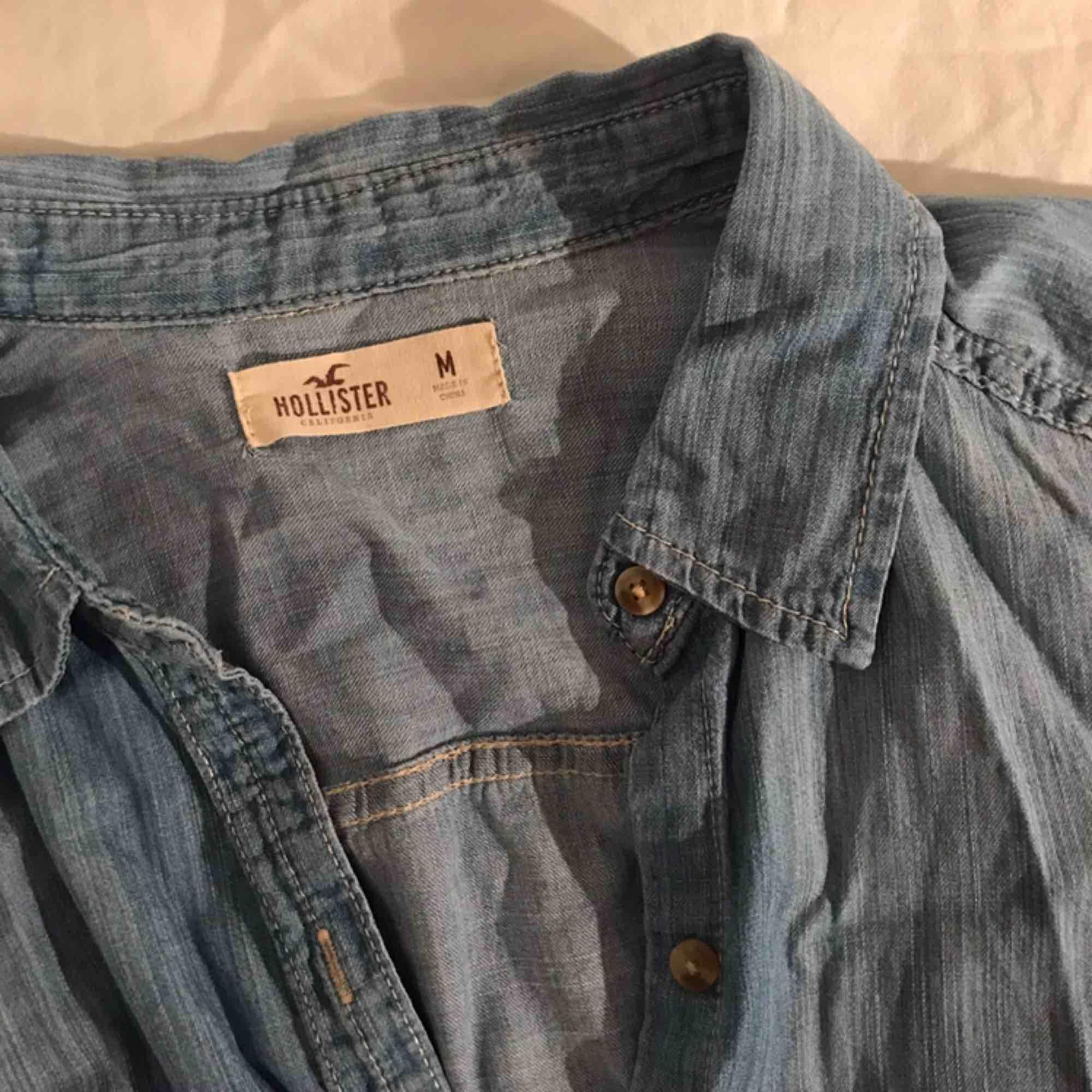 Supersnygg jeans-skjorta från Hollister! Säljer för att den inte kommer till användning. . Skjortor.