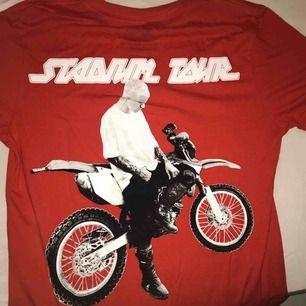 T-shirt med Justin Bieber-tryck! Från herravdelningen, men passar även tjejer. Använd vid några få tillfällen. 💝Priset är exkl frakt 💝Betalning via Swish