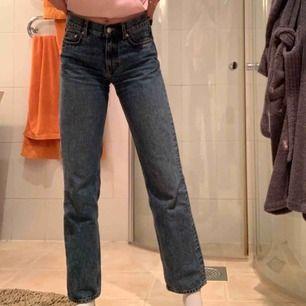 Raka jeans från arket som är köpte här på plick, fint skick men blev fel längd för mig, inte mycket använda så i bra skick och sköna, storlek 25 men funkar nog 26 också