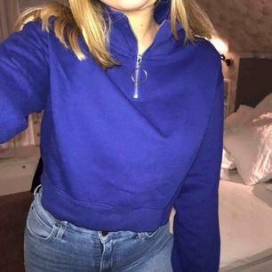 Lite kortare sweatshirt i en superfin blå/lila färg. Fin skick, säljer då den aldrig kommer till användning. 💝Priset är exkl frakt 💝Betalning via Swish