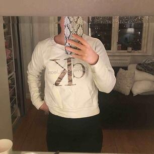 Calvin Klein tröja, köpt för 999 kr. Ck är i bronsguld färg.