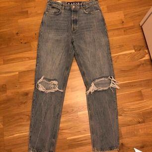 helt nya jeans från carlings som jag köpte för 699kr. de är i girlfriend modell, lite stora i midjan för mig som är w28 men perfekt längd (jag är 176cm) men går såklart att klippa upp jeansen snyggt ;p