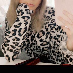Säljer min fina leo tröja från bershka!!! Kommer tyvärr aldrig till användning, frakten - 79kr ( har lite utsvängda armar )