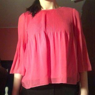 Säljer denna tröja i storlek 140 ( passar XS/S) från Cubus. Inte mycket använd och i jätte bra skick! Frakt: 36kr