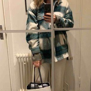 Säljer denna trendiga jackan från Zara i storlek M som just nu är slutsåld (på mig som är 165cm sitter den lite oversized, se bilder) Budgivningen börjar på 300kr, skriver här vad priset ligger på just nu: 350kr
