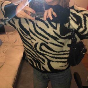 En stickad zebra tröja från hm, använt 3 gånger. Skriv vid intresse!!