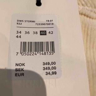 Säljer en helt oanvänd beige   kjol i storlek  L. Säljer den pågrund av att den är för stor för mig.  Köparen står för frakt 💕