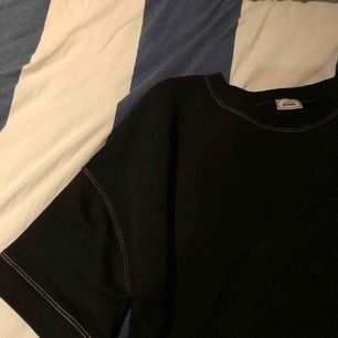 En svart tröja från collection pimkie som har vita sömmar som detaljer. Aldrig använd av mig men fick den av en kompis:)