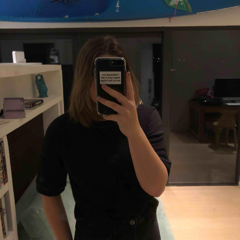 En svart tröja från collection pimkie som har vita sömmar som detaljer. Aldrig använd av mig men fick den av en kompis:). Tröjor & Koftor.