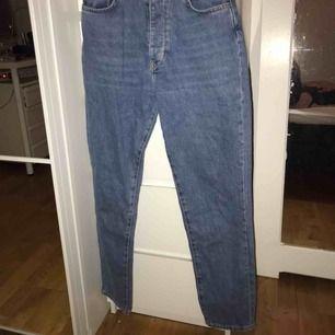 Jätte snygga boyfriend jeans från bikbok i storlek S. Säljer för att dom är för små för mig annars är dom i väldigt bra skick!  Kan mötas i göteborg annars står köpare för frakten!