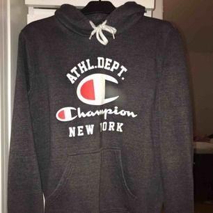 Skit fin mörkgrå hoodie från champion i storlek M, väl använd men i väldigt fint skick. Kan mötas i göteborg annars står köpare för frakten!!