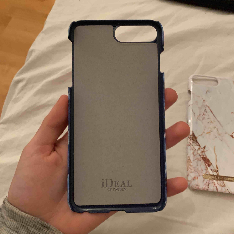 Ideal of sweden skal 150 för båda elr 100kr styck det vita är lite trasigt på kanten (sista bilden) men det blåa är helt nytt. Funkar till iphone 6,7,8 +. Accessoarer.