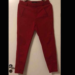 Röda byxor från Vero Moda i storlek M. Oanvända och i bra skick.