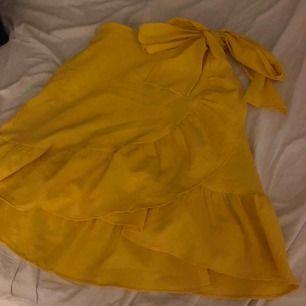 En gul volang kjol med rosett från Vera Moda. Köpt från en användare här från plick men kommer inte till användning:)