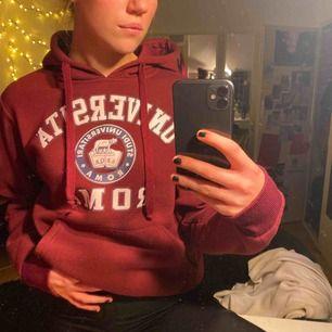 En mörkröd hoodie som är köpt i rom. Dupermysig på insidan och snygg
