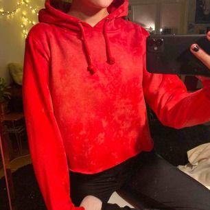 Röd melerad och avklippt hoodie