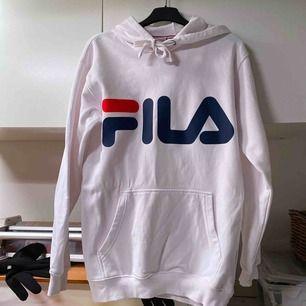 Supersnygg hoddie från Fila i toppskick!! Köparen står för frakten och betalning sker via Swish! :)