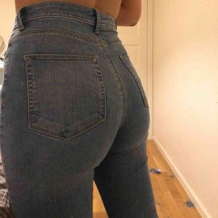 High waist slim jeans från Cubus med lite slitningar längst ner  Aldrig använda