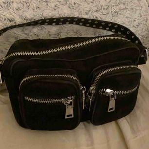säljer min älskade noella väska, modell kendra. Tillkommer även två band. Köpt från Miinto. Endast använd i ca 1 månad.