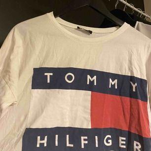 tommy hilfiger tröja. osäker på om den är äkta eftersom jag köpte den på plick. frakt går på 43kr :) pm för mer info/bilder