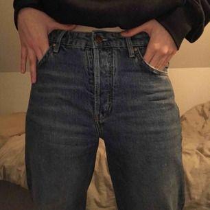Jeans från bikbok, köpta för 599, i somras, väl använda! Men I fint skick, frakt tillkommer😊. Skriv vid frågor, säljer pga att de är förstora t mig. Mer som en M än S!❤️