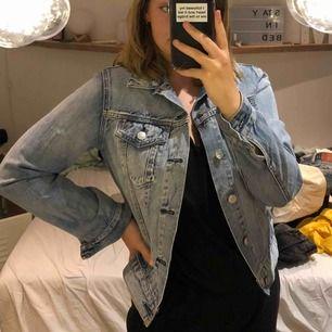 En jeansjacka från bikbok, säljer för lågt pris då jag bara vill bli av med den:)) bra skick och väldigt fin!
