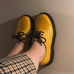ett kompis skor som hon säljer! jättefina! gul är kul. gå in hennes plick, egmonts måne om du är intresserad. hon har fler bilder! använda typ tre gånger