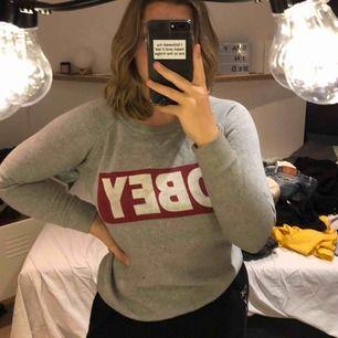 En sweatshirt från obey, som är ett fåtal gånger använd och rå bra skick. Säljer för lågt pris då jag vill bli av med den:)