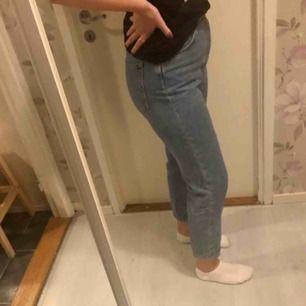 Superfina och bekväma mom jeans från bikbok. Säljer pga har två stycken o denna modellen.