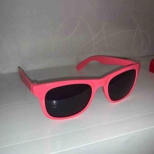 Färgstarka solglasögon i rosa. Gott skick. Frakt tillkommer. Kontakta mig gärna vid frågor🥰