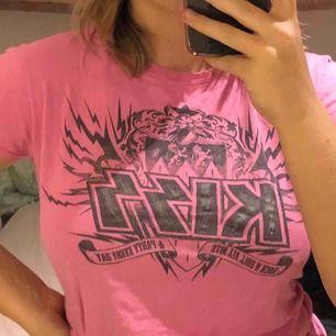 En rosa kizz tröja som är köpt från en av deras konserter. Bra skick och en fin t-shirt