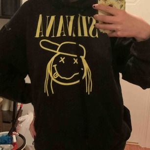Silvana Imam hoodie i storlek L. Jag har storlek S men den passar mig bra och sitter lite oversized.  Köptes för 500kr och säljes för 300kr.