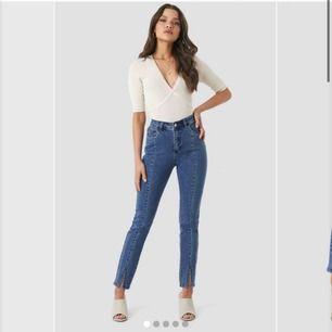 Jeans från NA-KD med detaljer längst benen och slits längst ner. Använda max 3 ggr. Köpta för 400 kr