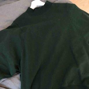 Superskön och snygg sweatshirt från monki💜 är i storlek xs men är oversized så passar allt från xs till L