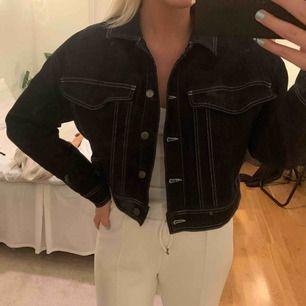 Supersnygg kort jeansjacka, storlek 40 men mer en 38.