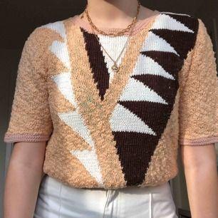 Vintage kortärmad stickad tröja. Är jätteskön och inte stickig. Står ej storlek men skulle säga att den är en M, men kan nog även passa andra storlekar baserat på vilken passform man är ute efter. 150 kr + frakt :)