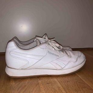 Vita Reebok skor i storlek 40, inga synliga skador & fint skick. Frakt tillkommer