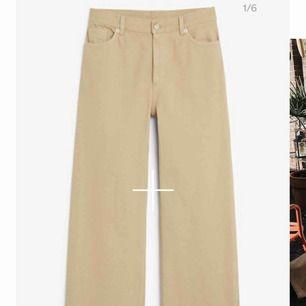 söker yoko jeans, beige i strl 25!