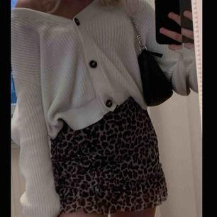 Super söt kjol i leopard mönster. Ganska kort då den är lite för kort på mig som är 153cm. Använd ett fåtal gånger så den är i fint skick