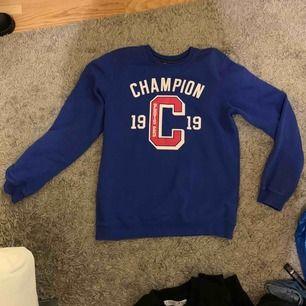 Blå Champion collegetröja i storlek XL (barnmodell) skulle säga S för mig som är 160 lång