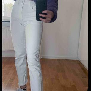 Super fina vita mom jeans från zara, fint skick. Säljer pågrund av att dom inte kommer till användning!
