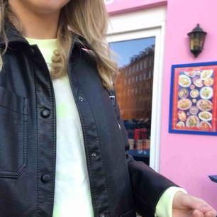 As snygg tie dye sweatshirt i storlek xs. 300kr! I topp skick endast använd två gånger.