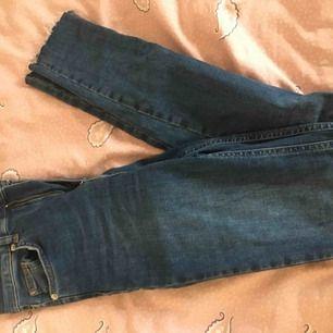 Tighta hög midjade jeans från nakd
