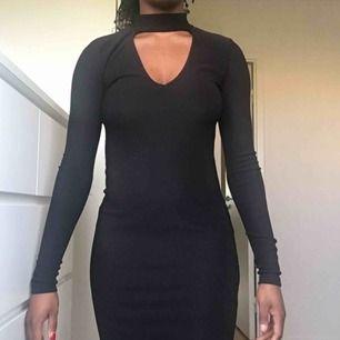 Tight klänning med v-ringning från Gina