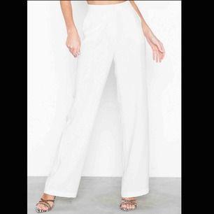 Ett par helt nya supersnygga vita kostymbyxor ifrån Nelly. Köpta för några månader sen. Skulle säga att den är mer i storlek 40 än 42.