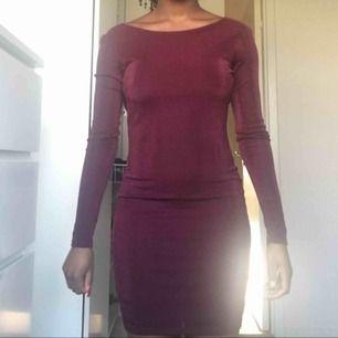 Tight klänning från Gina, öppning i ryggen.