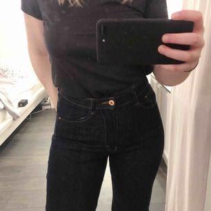 """Mörkblåa jeans från Carin Wester! Modellen heter """"Trousers Faiza"""", googla för bättre bilder och mer rättvis färg. Säljer pga att längden är aningen kort på mig. Jag är 170cm så skulle rekommendera vara kortare än det. Nypris, 599kr. Frakt tillkommer."""