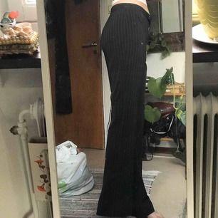 svart och vit randiga kostymbyxor. super fina! står ej storlek men passar mig som är omkring 26-28!