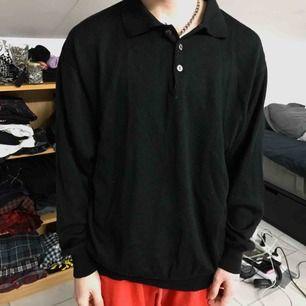 Jättemysig svart kofta med krage och några knappar. Står XL i kragen men känns mer som en medium/large Frakt tillkommer. - Cozy sweater courtesy of my ex, really cute and would look great sticking out from underneath an even bigger sweater.